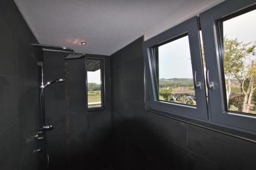 Badezimmer - Dusche mit Vogesenblick