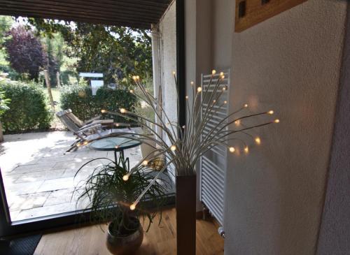 Essbereich mit Blick auf die Garten-Terrasse