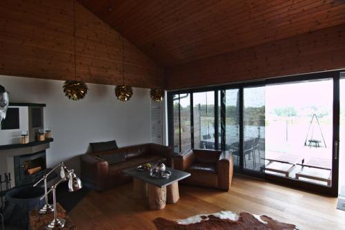 Wohnzimmer mit Blick auf die große Terrasse