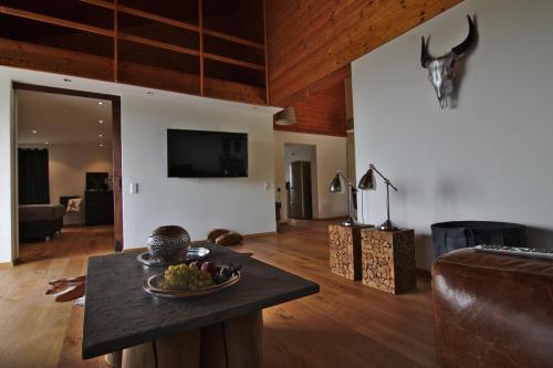 Wohnzimmer mit Blick zum Schlafzimmer