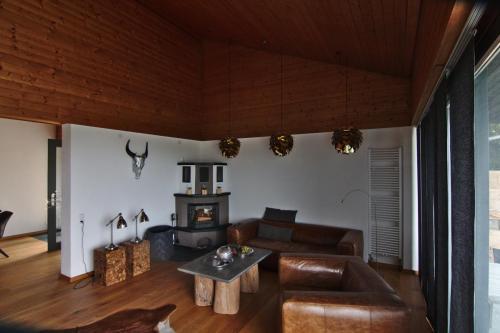 Wohnzimmer mit Blick auf den offenen Kamin